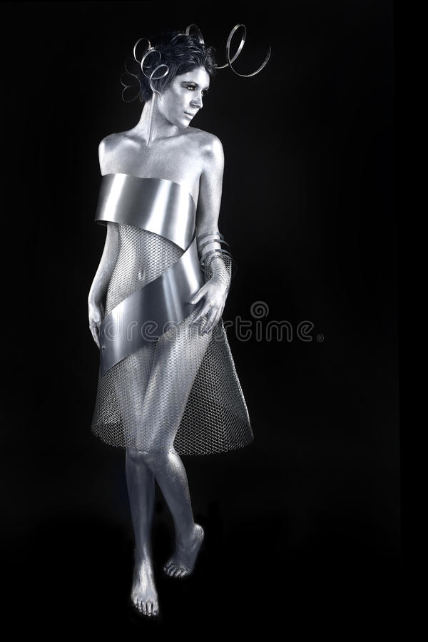 Srebna metal odzież na ciało Malującym modelu fotografia stock