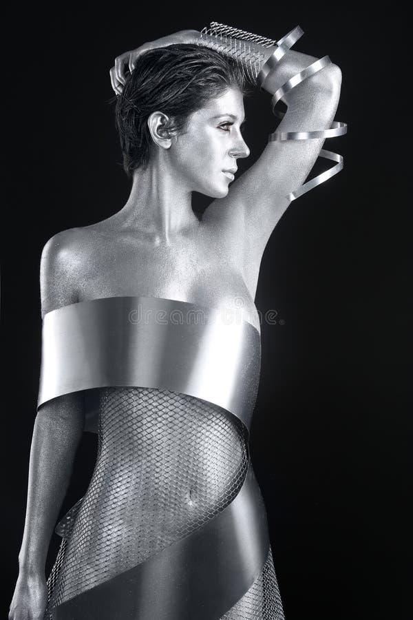 Srebna metal odzież na ciało Malującym modelu zdjęcie stock