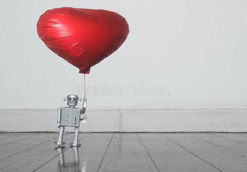 Srebna robota mienia czerwieni balonu pozycja na starej drewnianej podłodze zdjęcia stock