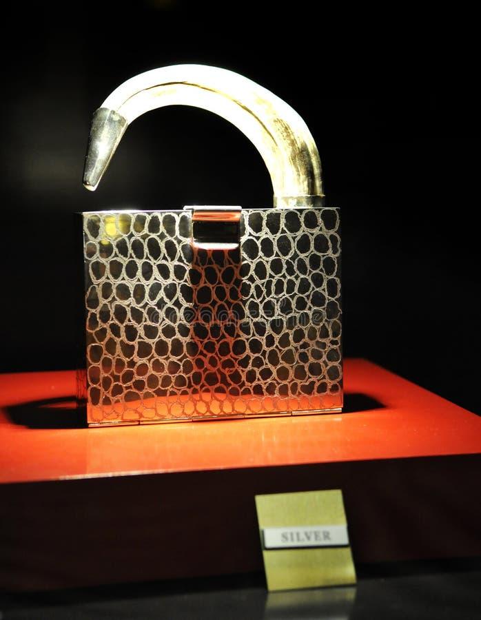 Srebna torebka, Luksusowy sklep jubilerski zdjęcia stock