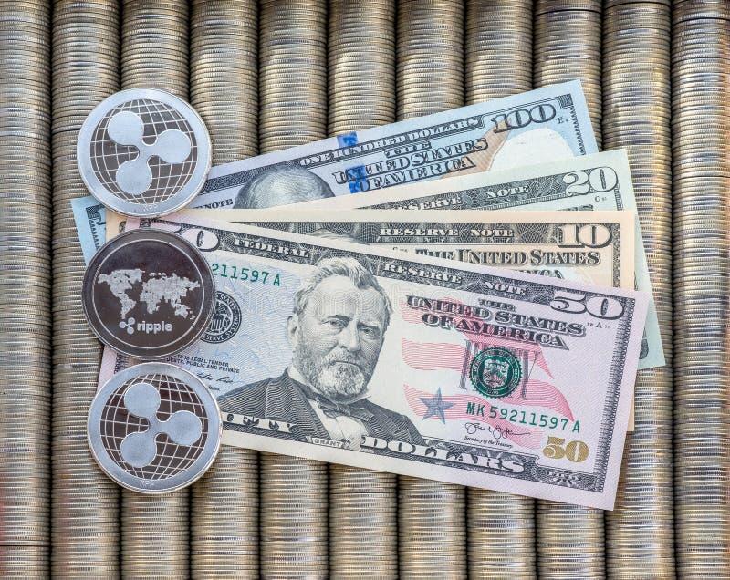 Srebne crypto monety Pluskoczą XRP, papier zauważają my dolary Metal monety kłaść out w gładkim tle each inny, zakończenie vi obraz royalty free
