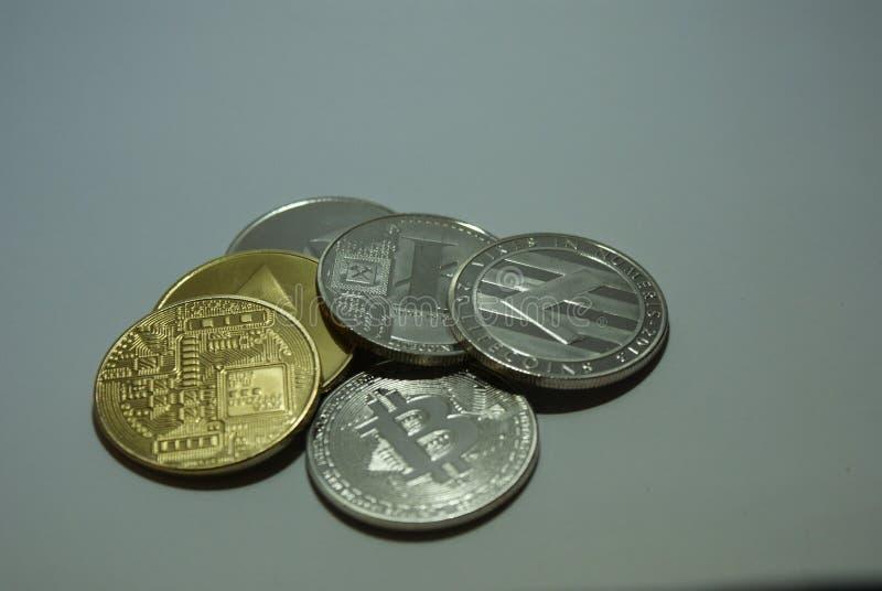 Srebne i złociste cryptocurrency monety na białym tle zdjęcia stock