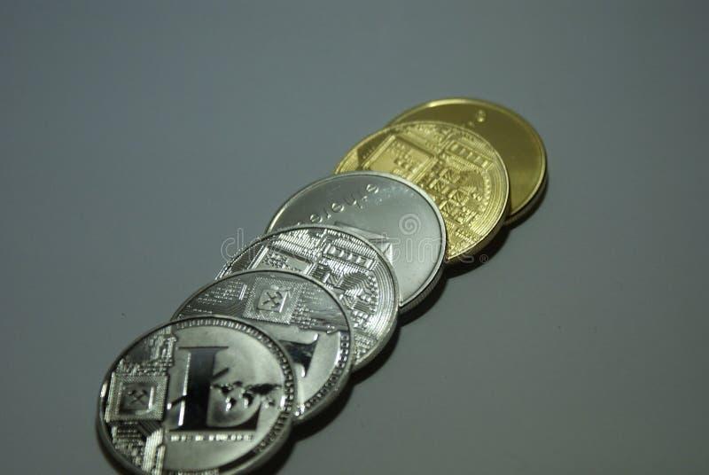 srebne i złociste cryptocurrency monety na białym tle obraz royalty free