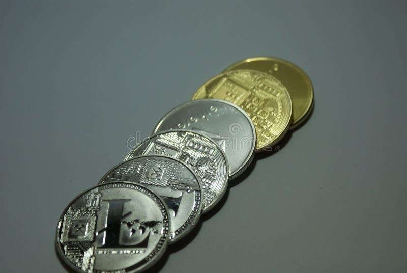 srebne i złociste cryptocurrency monety na białym tle fotografia stock