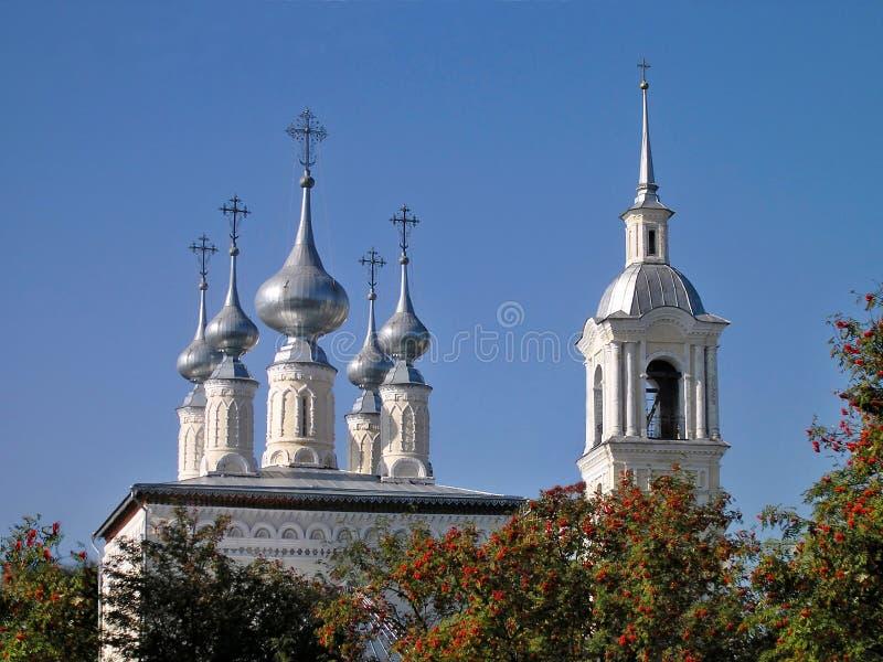Srebne kopuły i Dzwonkowy wierza Smolenskaya kościół w Suzdal zdjęcie royalty free