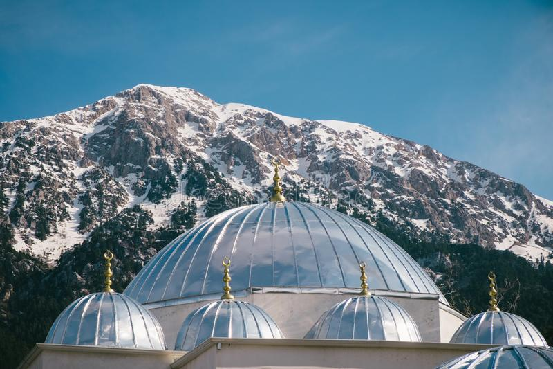 Srebne kopuły turecka meczetu i góry panorama fotografia stock