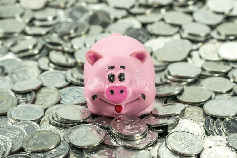 Srebne monety i prosiątko bank fotografia stock