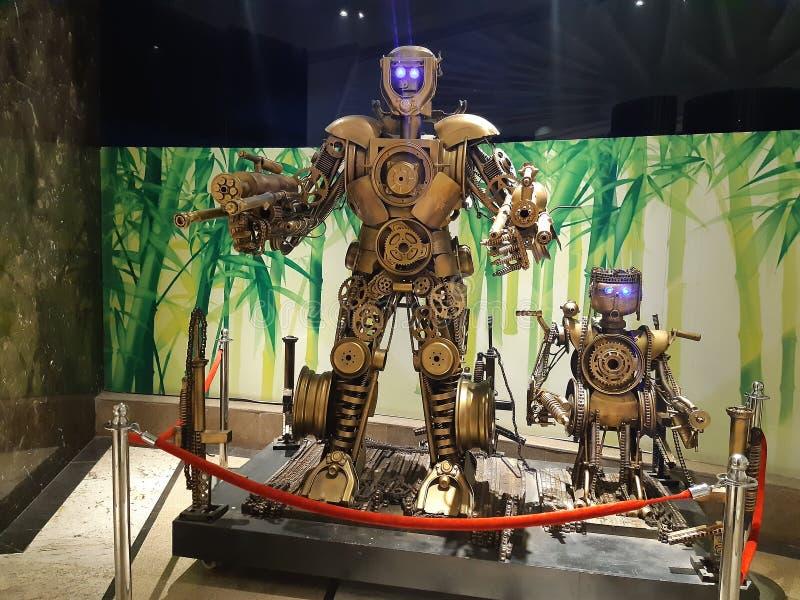 Srebnego koloru piękny robot z niebieskim okiem obraz stock