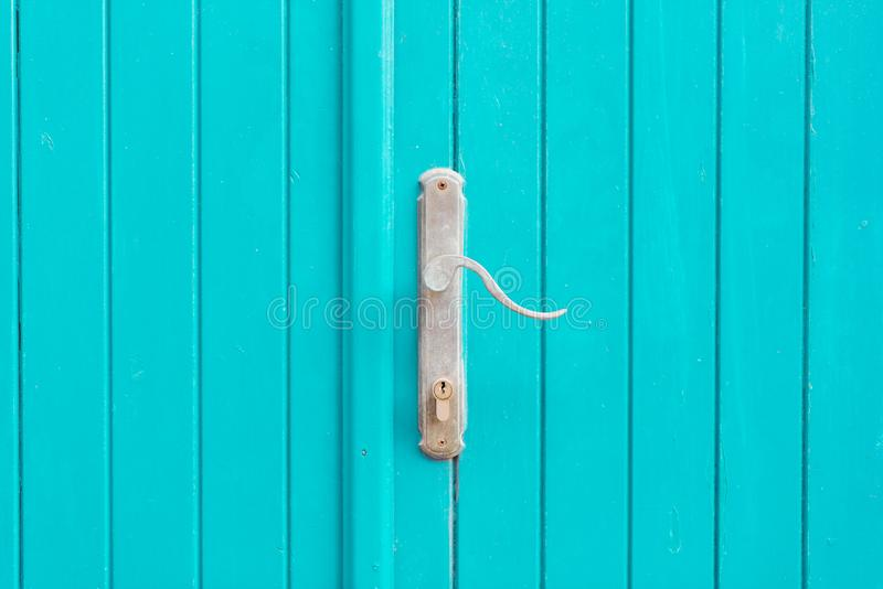 Srebnego metalu drzwiowa rękojeść na błękitni drzwi zdjęcia stock