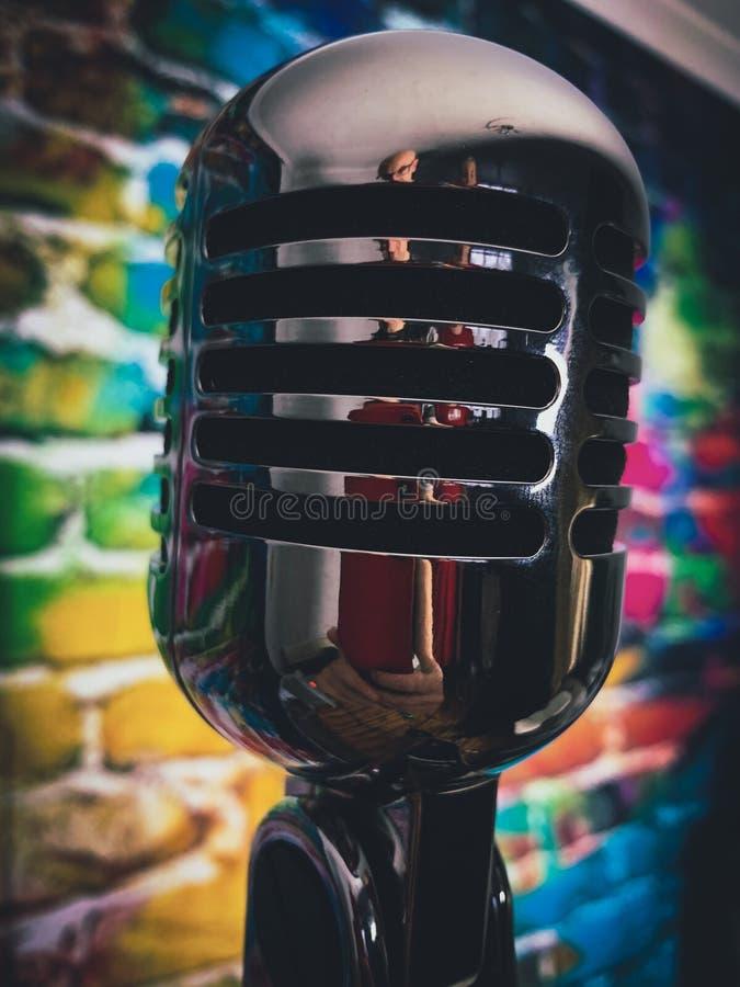 Srebnego mikrofonu kolorowy tło fotografia royalty free