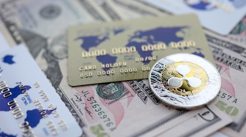 Srebnej monety czochry XRP zbli?enia k?amstwo na stole obraz royalty free