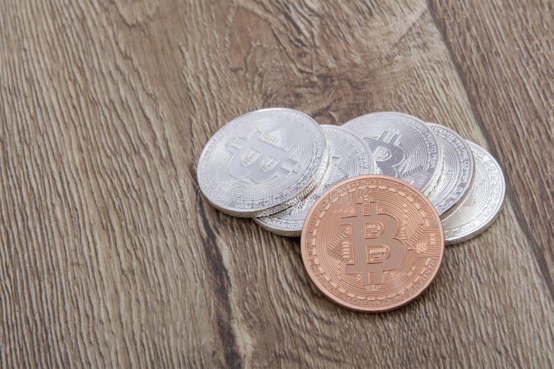 Srebni bitcoins i jeden brąz na stole zdjęcia stock
