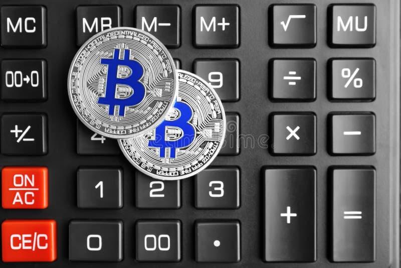 Srebni bitcoins na kalkulatorze zdjęcie royalty free