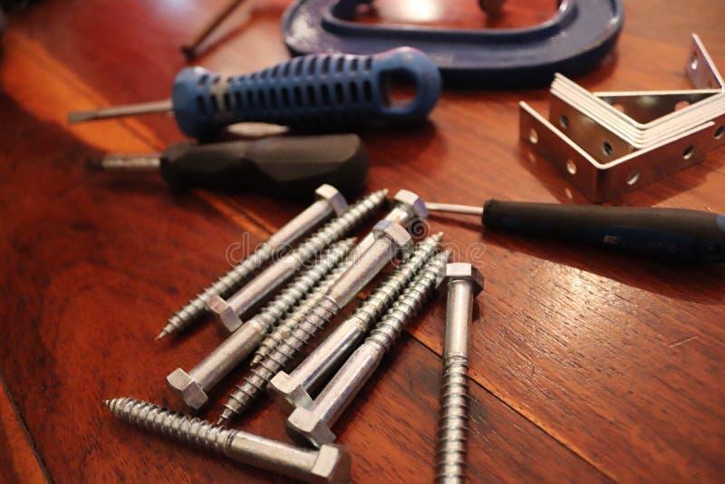Srebni i błękitni metali narzędzia na drewnianych tło zdjęcie royalty free