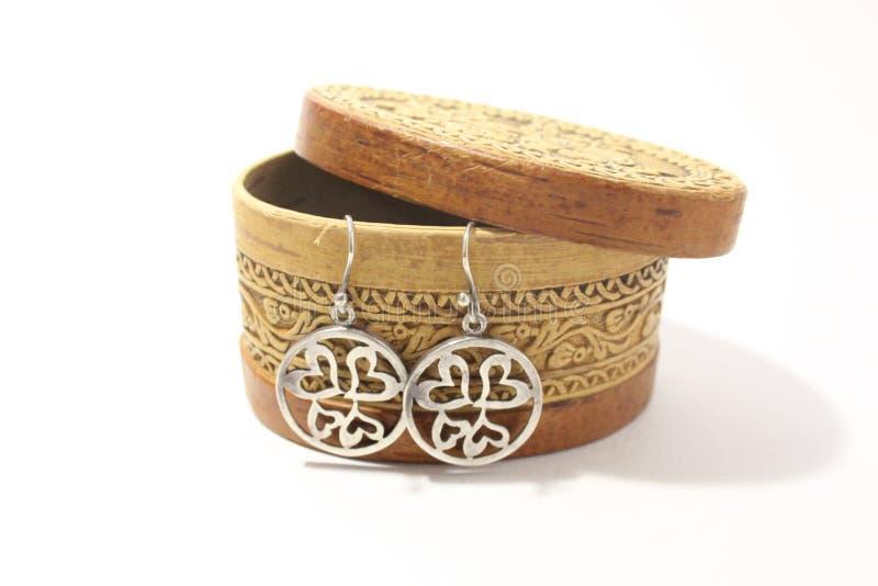 Srebni kolczyki round forma i pudełko dla biżuterii na białym tle obraz royalty free