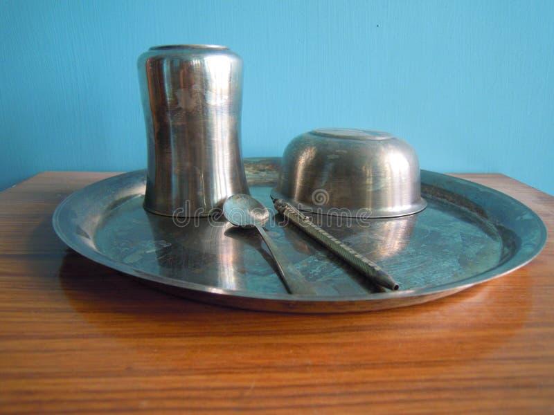 Srebni naczynia z piórem i łyżką zdjęcia stock