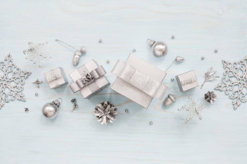 Srebni prezentów pudełka, płatki śniegu i dekoracje, obraz royalty free