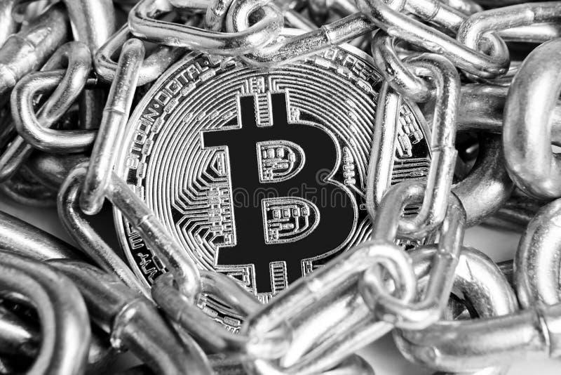 Srebny Bitcoin i metalu łańcuch Wirtualna waluty moneta Pieniądze, bl zdjęcia stock