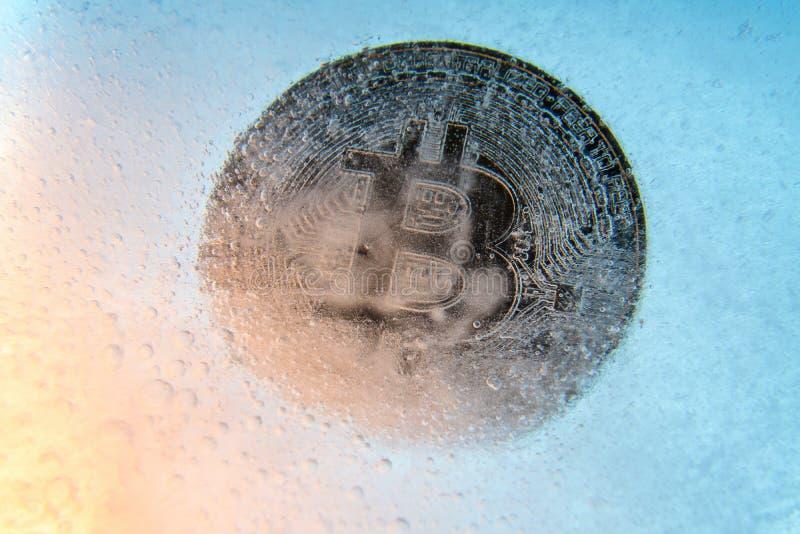 Srebny Bitcoin, kawa?ek mennicza online cyfrowa waluta marzn?ca w b??kitnym lodzie Poj?cie blokowy ?a?cuch, crypto targowy trzask zdjęcia royalty free
