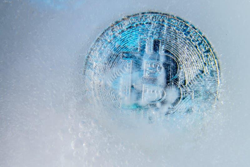 Srebny Bitcoin, kawa?ek mennicza online cyfrowa waluta marzn?ca w b??kitnym lodzie Poj?cie blokowy ?a?cuch, crypto targowy trzask obrazy royalty free