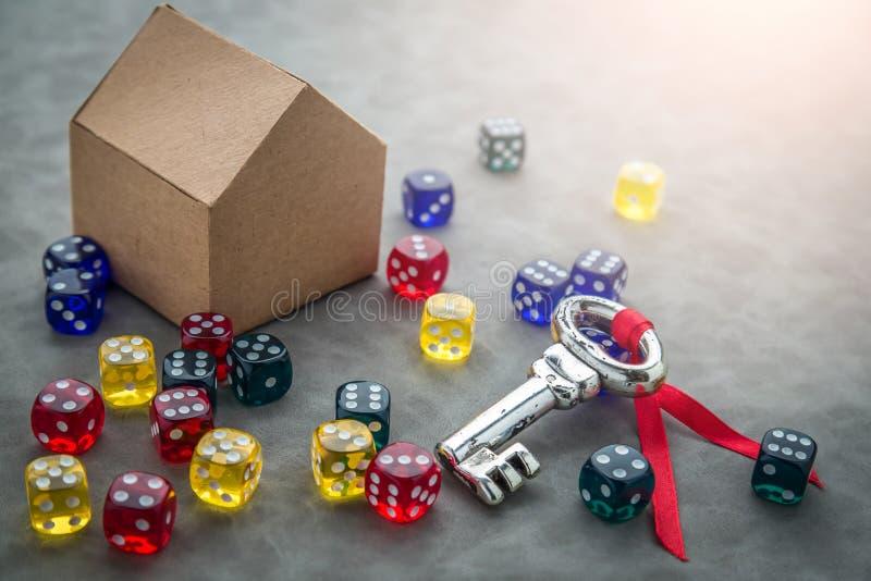 Srebny klucz z kolorowymi szklanymi kostka do gry zdjęcie stock