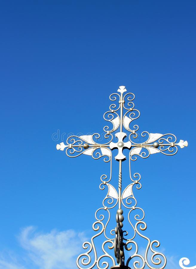 Srebny krzyż na wejściowej bramie Wolnomularski cmentarz, Canyonville, Oregon obraz stock