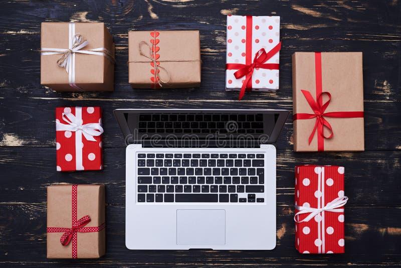 Srebny laptop okrążający z wiele prezentów pudełkami zdjęcia royalty free