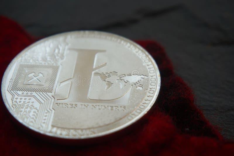 Srebny litecoin na szarej kamień powierzchni obrazy stock