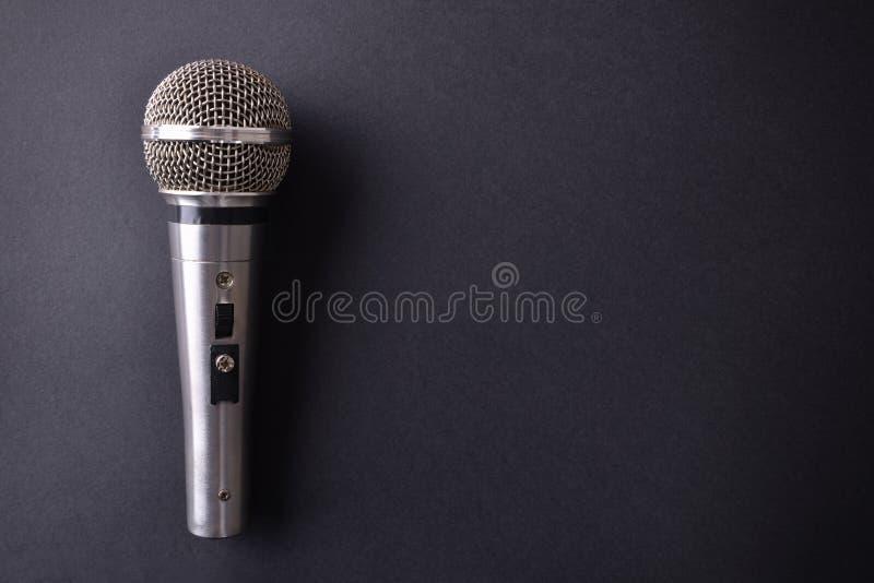 Srebny metalu mikrofon na czarnym stołowym odgórnym widoku fotografia royalty free