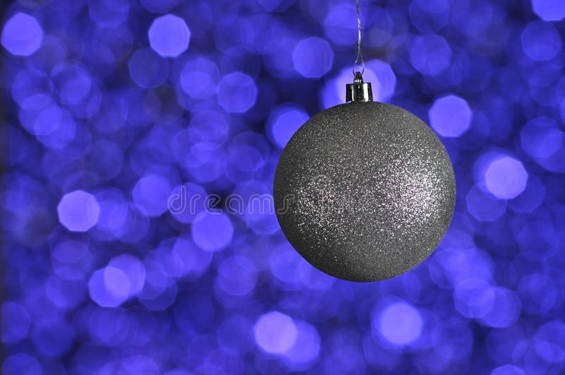 Srebny nowy rok i boże narodzenia balowi na fiołku, purpura, błękitny backgro zdjęcie stock