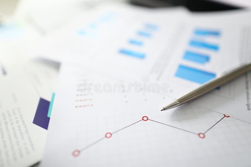Srebny pióro kłama na dokumentach z obrazy stock
