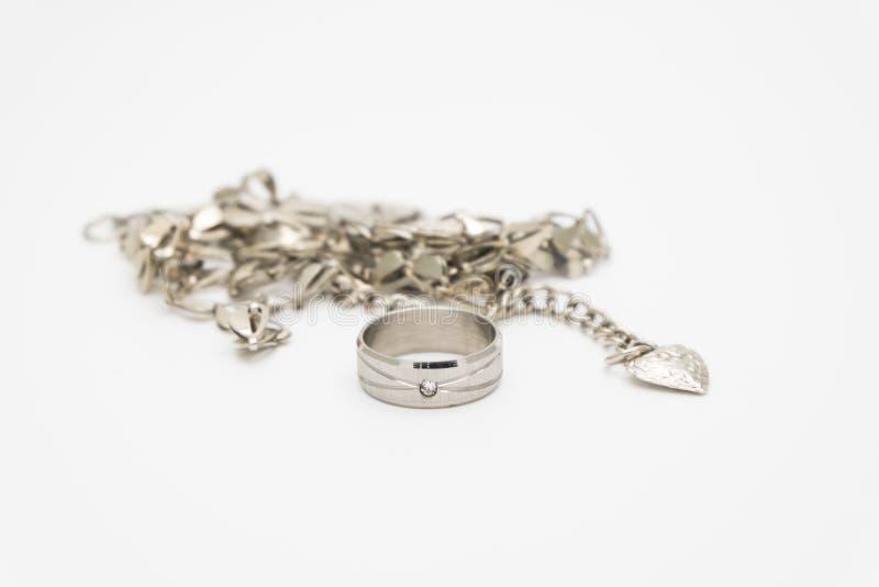 Srebny pierścionek z wbitym kamieniem, kubicznymi cyrkonami i srebro łańcuchem mali serca z dużym sercem na końcówce ono, obraz royalty free