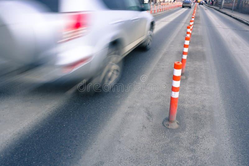 Srebny poruszający samochód obrazy stock