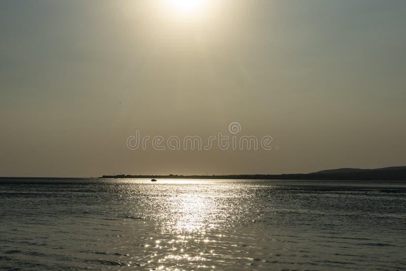 Srebny spokojny Czarny morze przy zmierzchem Słoneczna ścieżka na wodzie robi krajobrazowi pokojowy obraz royalty free