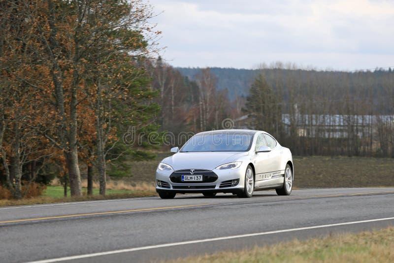 Srebny Tesla modela S Elektryczny samochód Na drodze obraz stock