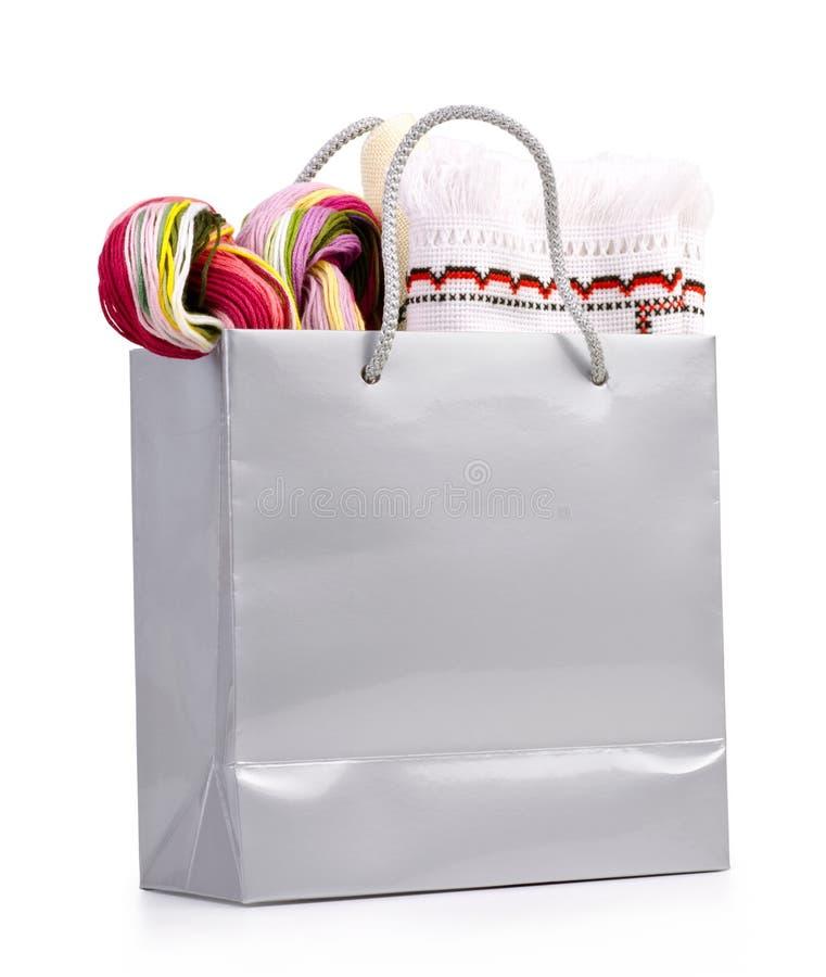 Srebny torba na zakupy z prezentem na bielu zdjęcie royalty free