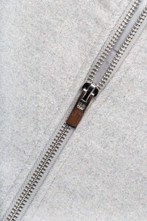Srebny zamek błyskawiczny na woolen tkaninie fotografia stock