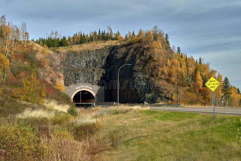 Srebny zatoczki falezy tunel, mn, jesień obraz royalty free