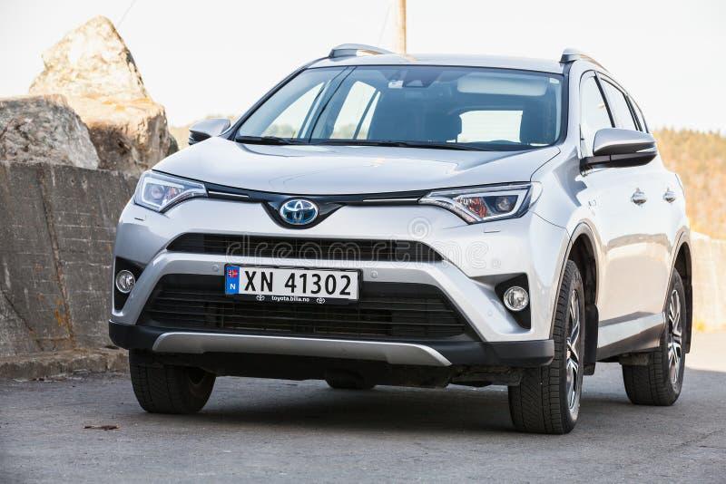 Srebnych szarość Toyota RAV4 hybryd SUV fotografia royalty free