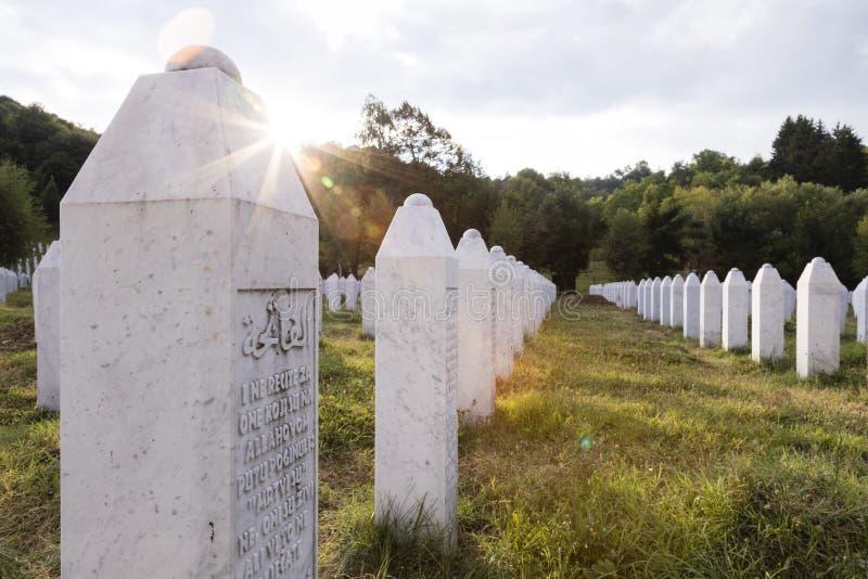 Srebrenica, Bosnien Herzegovina, am 16. Juli 2017: Denkmal Potocari, Srebrenicas und Kirchhof stockbilder