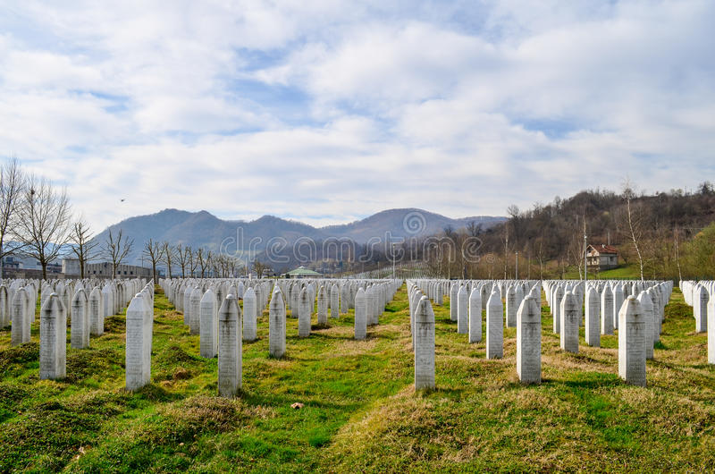 Srebrenica minnesmärke och kyrkogård royaltyfri fotografi