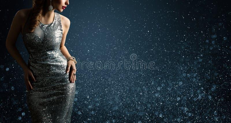 Srebrna sukienka, modelka mody w Sparkling Sexy Gown, portret piękna kobiety fotografia stock