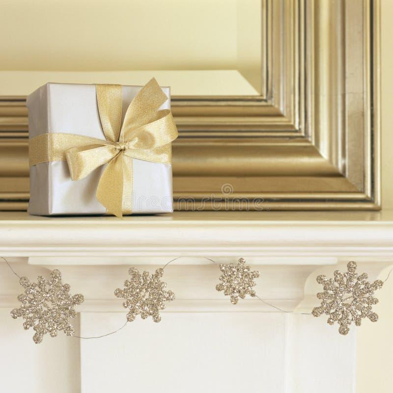 Srebrny i złoty prezent świąteczny na mantelu z błyszczącym śniegiem Garland Piękny, elegancki, wyśmienity dom wakacyjny fotografia stock
