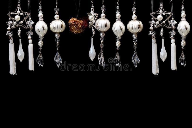 Srebro i białe boże narodzenie Drzewni ornamenty na czerni fotografia royalty free