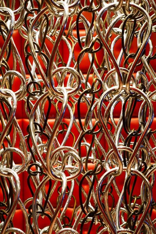 Srebro zaokrąglający haczy w sztuka projekcie z czerwień taflującym tłem obraz stock