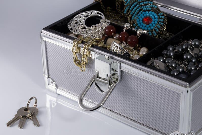 Srebrzysty biżuterii pudełko z kluczami fotografia royalty free