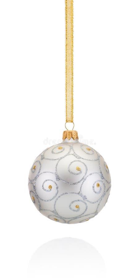 Srebrzystych dekoracj Bożenarodzeniowy balowy obwieszenie na złotym warkoczu Odizolowywającym zdjęcie royalty free