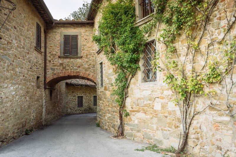 Sreet in un piccolo villaggio dell'origine medievale Volpaia, Toscana, Italia immagine stock