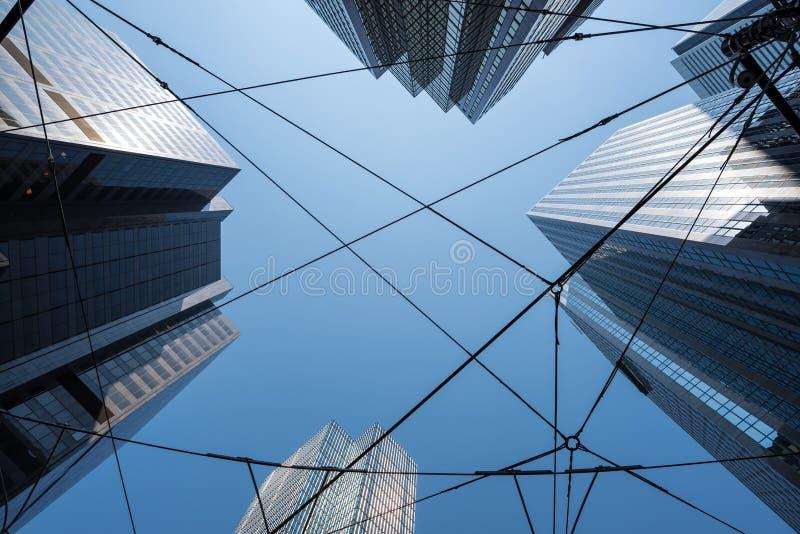 Sreetcar ` s binder i Toronto det finansiella området inom highrisebyggnader på solig dag arkivbild