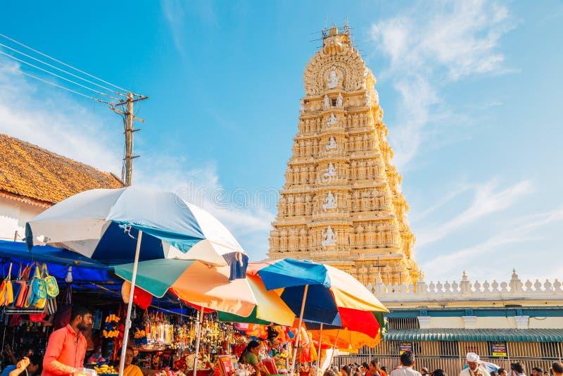 Sri Chamundeshwari tempel- och gatamarknad i Mysore, Indien arkivbild